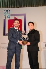 <br />Owen Edson receives the Citibank Restaurant Manager of the Year award on behalf of Will Simons (Osteria Mozza). Senior Vice President, Head of Business Alliance Unit, Credit Payment Products, Citibank Singapore Limited, Mr Charlie Ang presents the award.