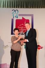 <br />Regional Manager, Meiko, Mr Rudolf Kitzbichler presents Hua Ting Restaurant, Orchard Hotel with the Meiko Asian Restaurant of the Year!