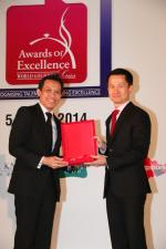 <br />Chief Executive, Singapore Tourism Board, Mr Lionel Yeo presenting the Hall Of Fame plaque to Chef Yong Bing Ngen